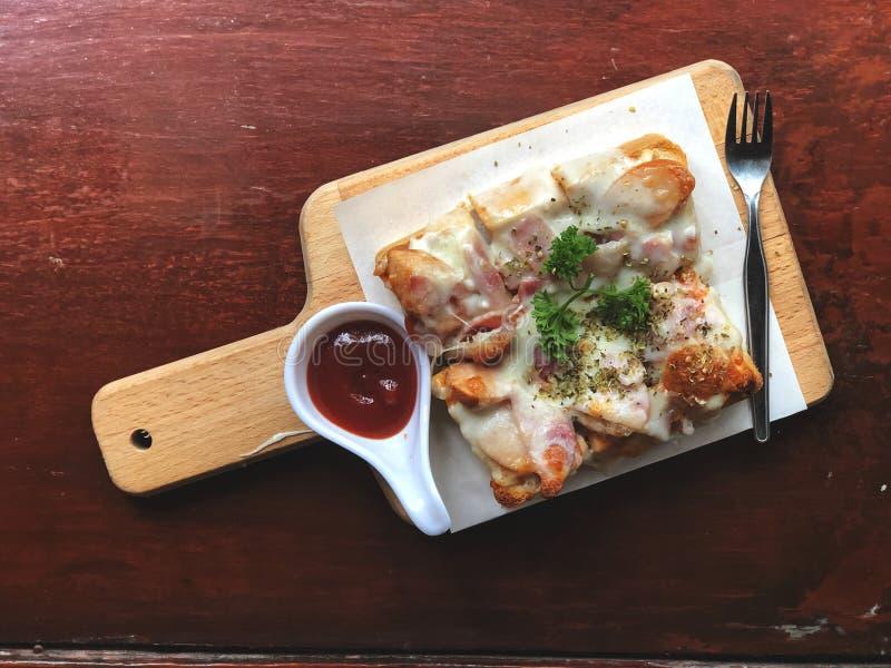 Pizza y salsa de tomate del pan en la bandeja de madera men? delicioso foto de archivo libre de regalías