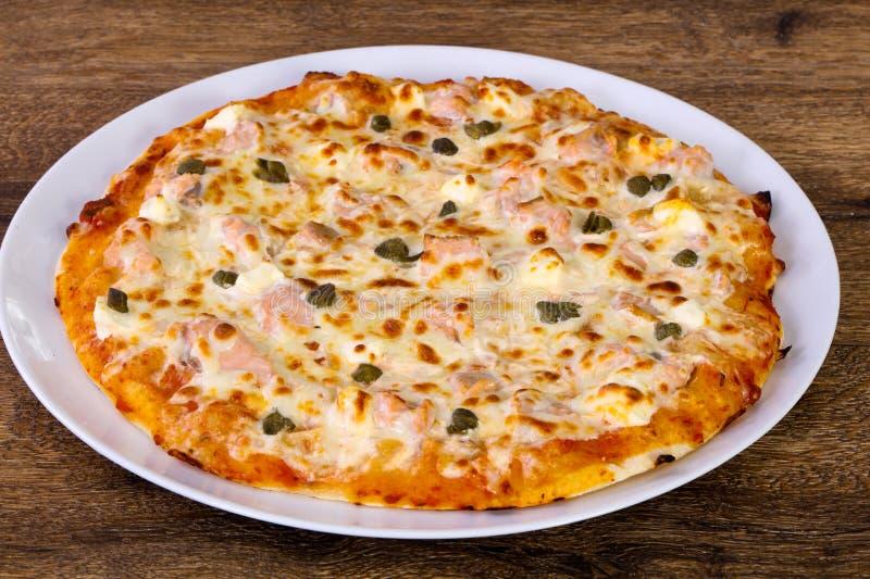 Pizza z łososiem i kaparami fotografia royalty free
