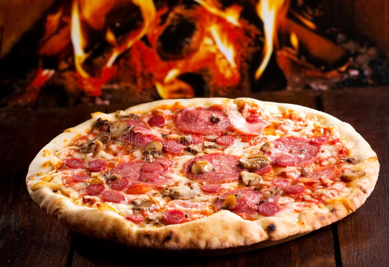 Pizza z bekonem i salami fotografia royalty free