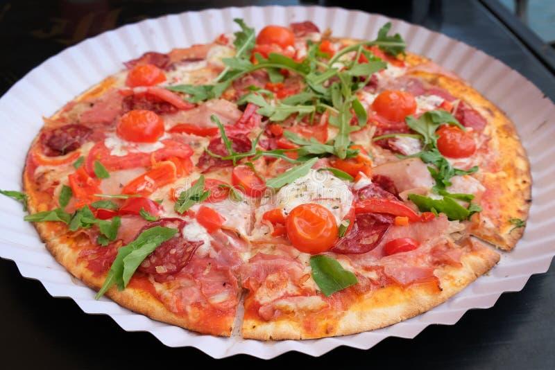 Pizza z czereśniowych pomidorów, bekonu, mozzarelli i arugula odgórnym widokiem, zdjęcie stock