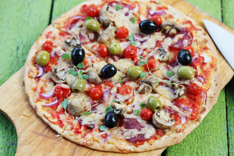 Pizza z kiełbasą obrazy stock