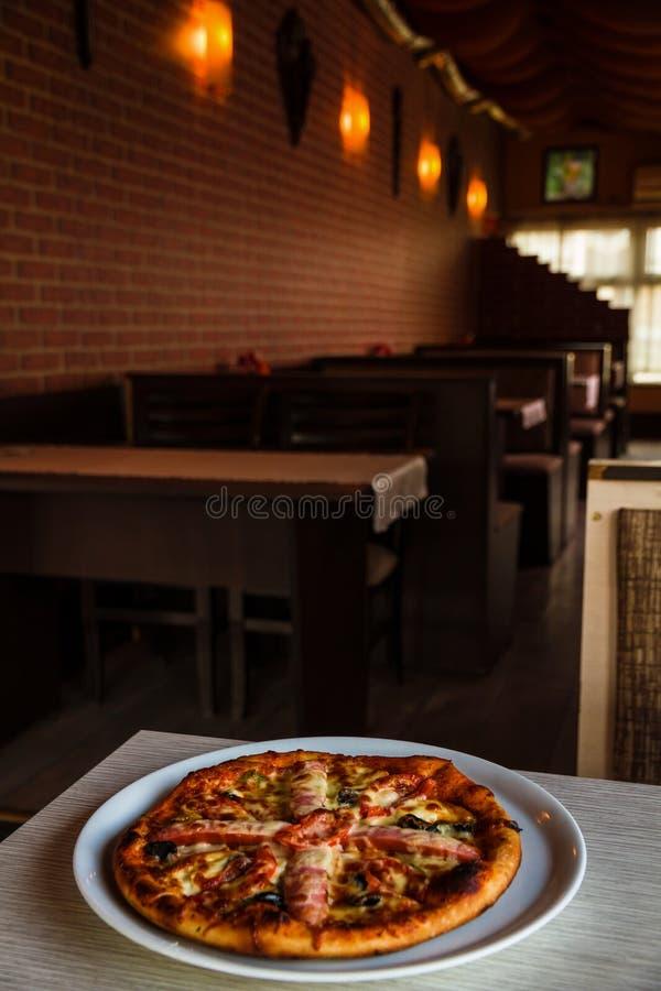Pizza z kiełbasą obraz stock
