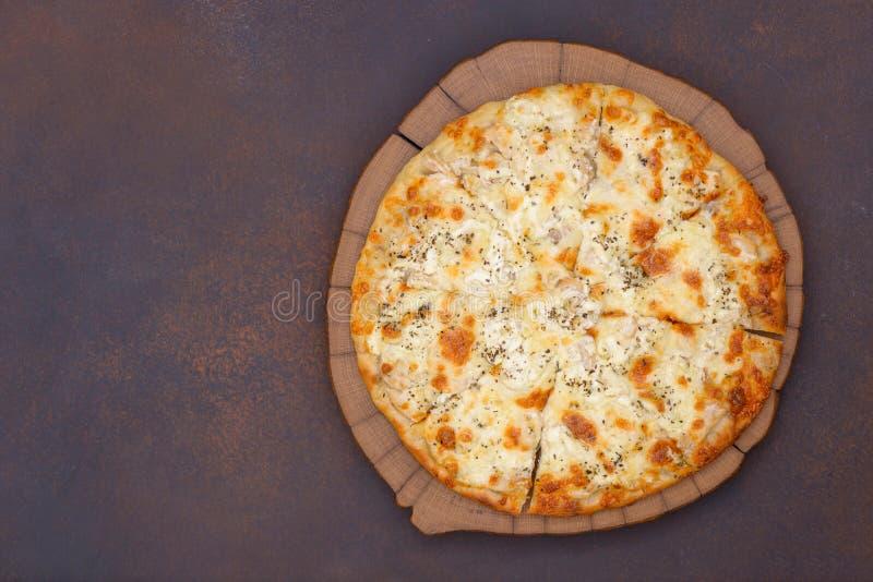 Pizza z kurczakiem i serem zdjęcia stock