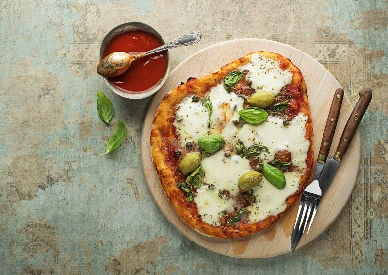 Pizza z mozzarellą i pomidorowym kumberlandem obrazy stock