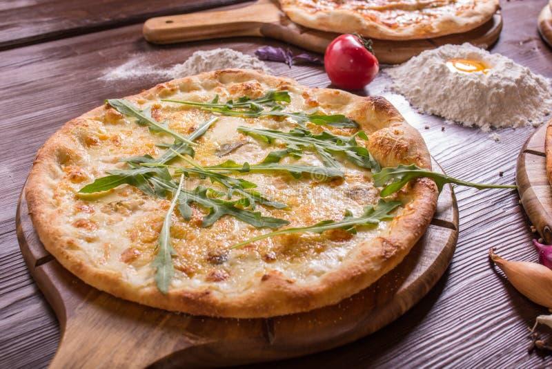 Pizza z owoce morza i serem na drewnianym stojaku fotografia royalty free
