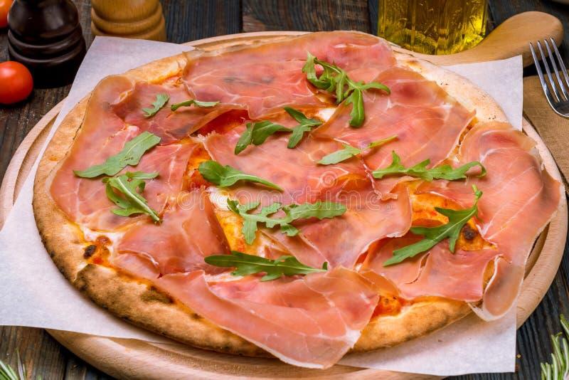 Pizza z Parma baleronem i arugula zdjęcia royalty free