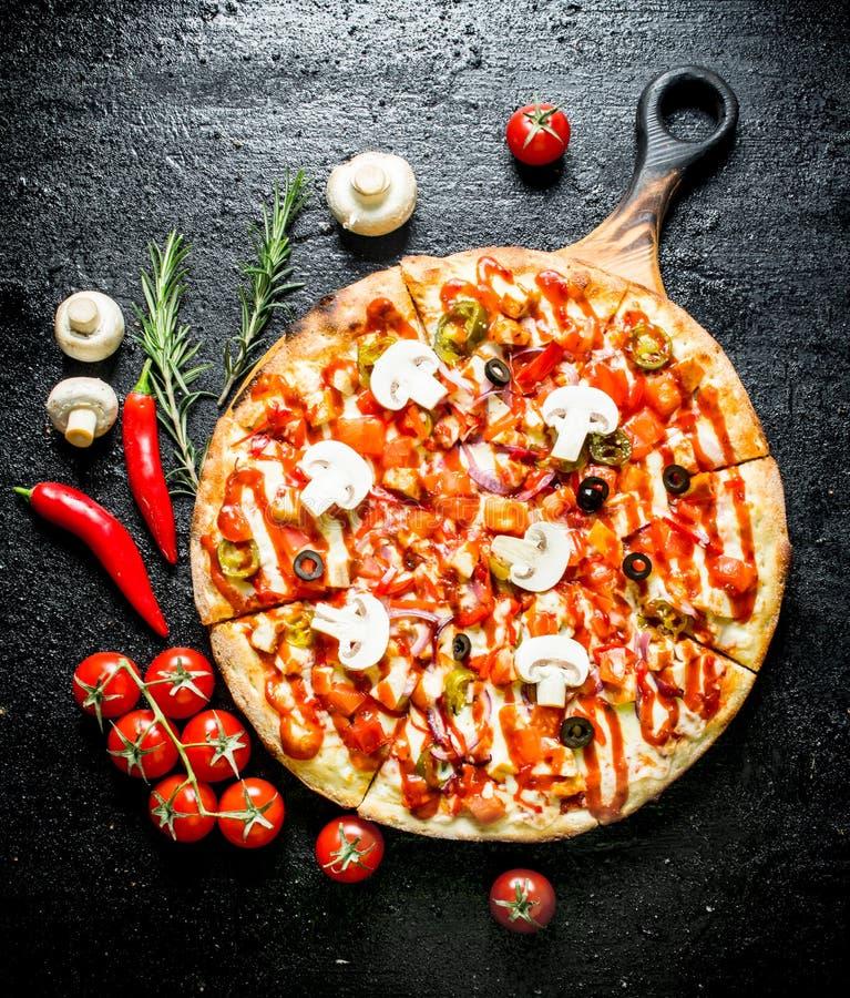 Pizza z pieprzem, pomidorami i pieczarkami chili, zdjęcie stock