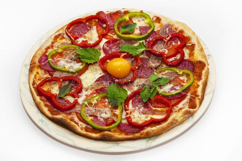 Pizza z pomidorami, dzwonkowego pieprzu jajkiem na talerzu i kiełbasą i obraz stock