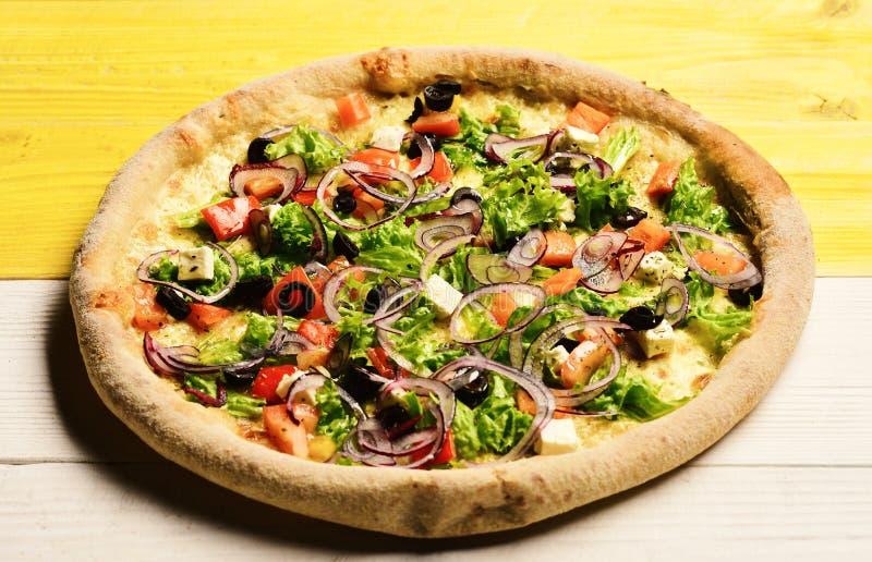 Pizza z pomidorami, feta serem, sałatką i czerwoną cebulą, obraz stock