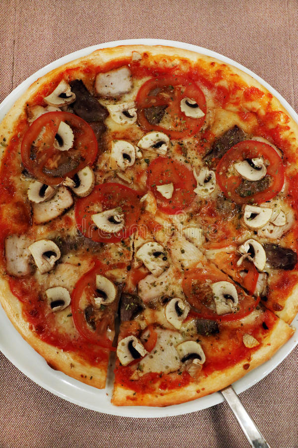 Pizza z pomidorem i pieczarkami obrazy royalty free