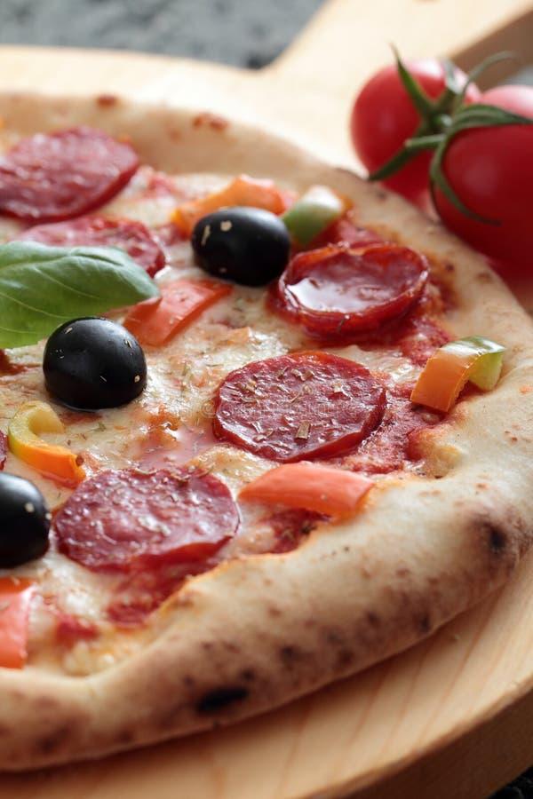 Pizza z salame i pepperoni zdjęcia royalty free