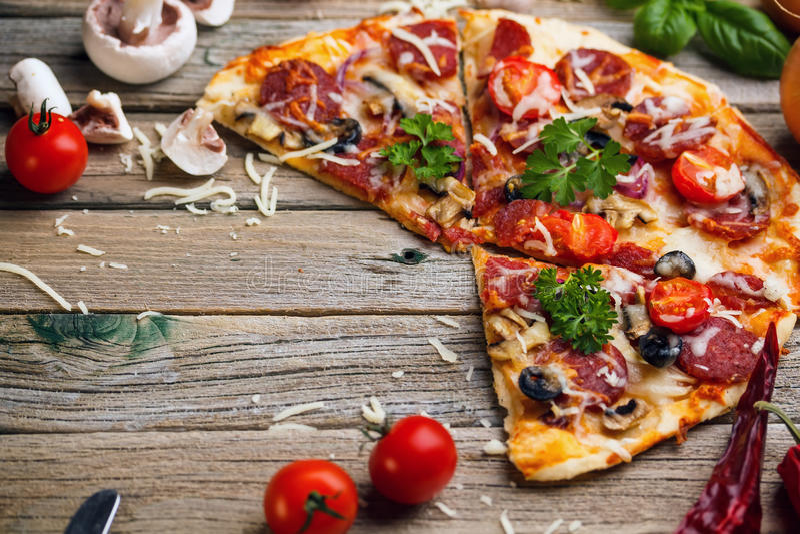 Pizza z salami obraz royalty free