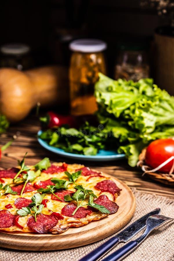 Pizza z serem i salami obrazy royalty free