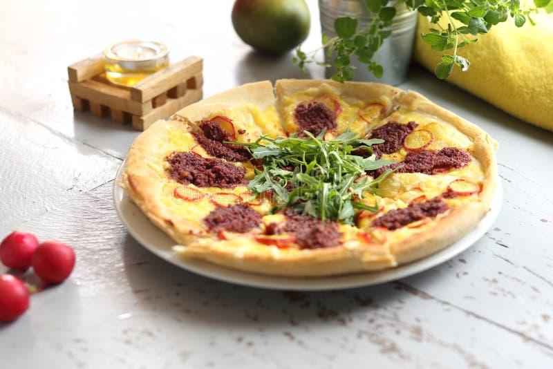 Pizza z warzywami i pomidorowym kumberlandem z rakietowymi li??mi zdjęcie stock