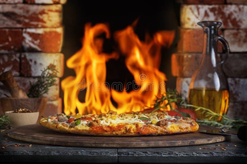 Pizza-Ziegelstein-Feuer-Ofen lizenzfreie stockbilder