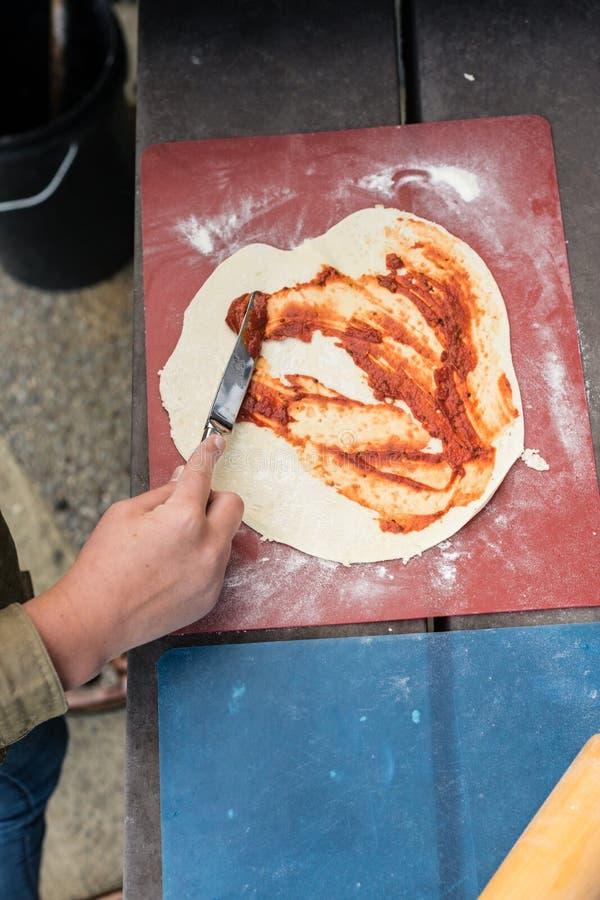 Pizza zu Hause bilden lizenzfreie stockfotografie