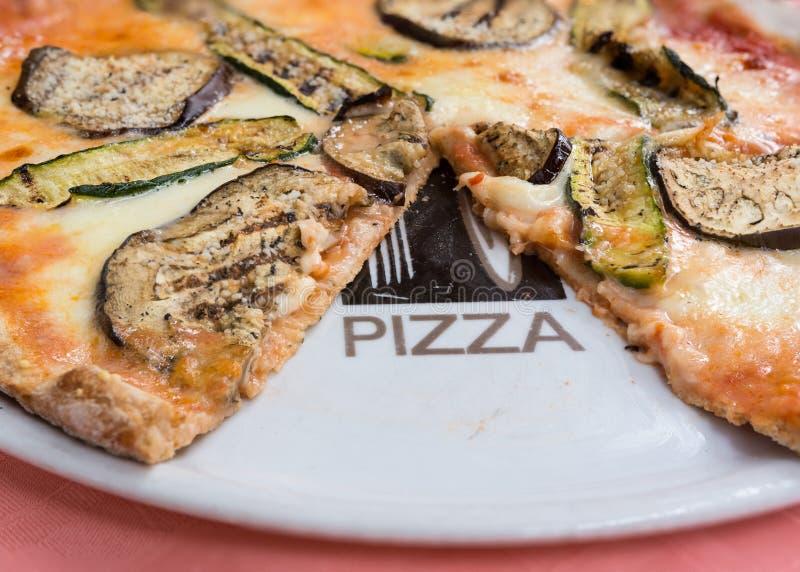 Pizzaaubergine och zucchini arkivfoto