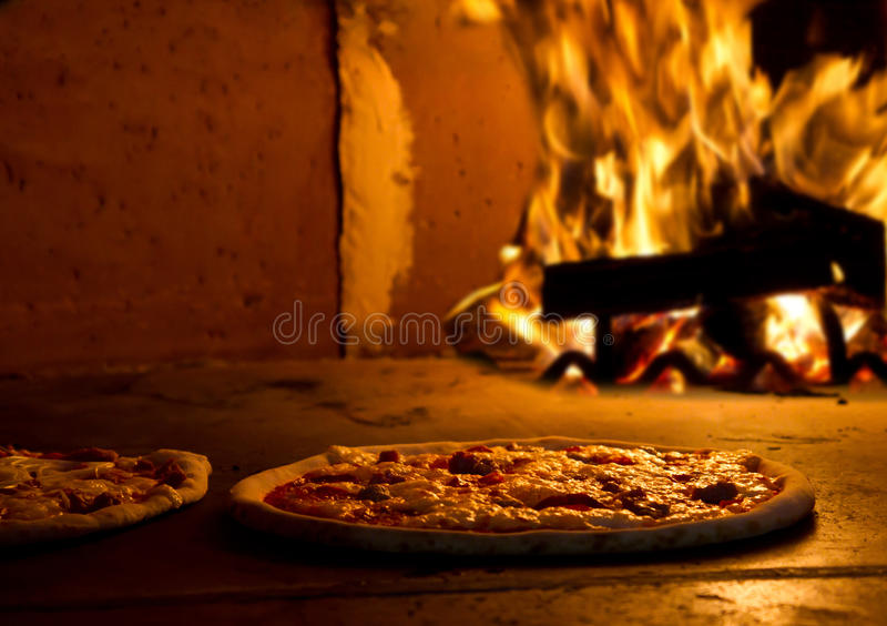Pizzabacken im Ofen lizenzfreies stockfoto