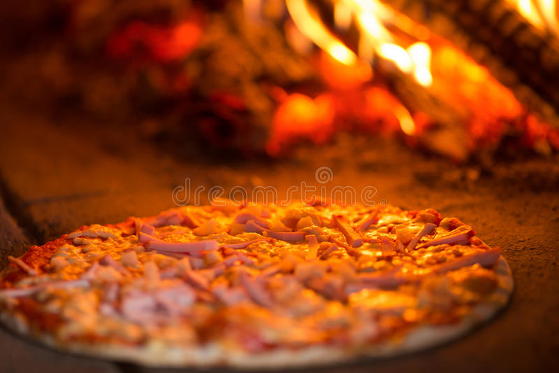 Pizzabacken im Ofen stockfotografie