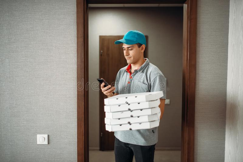 Pizzabote nennt zum Kunden stockbilder