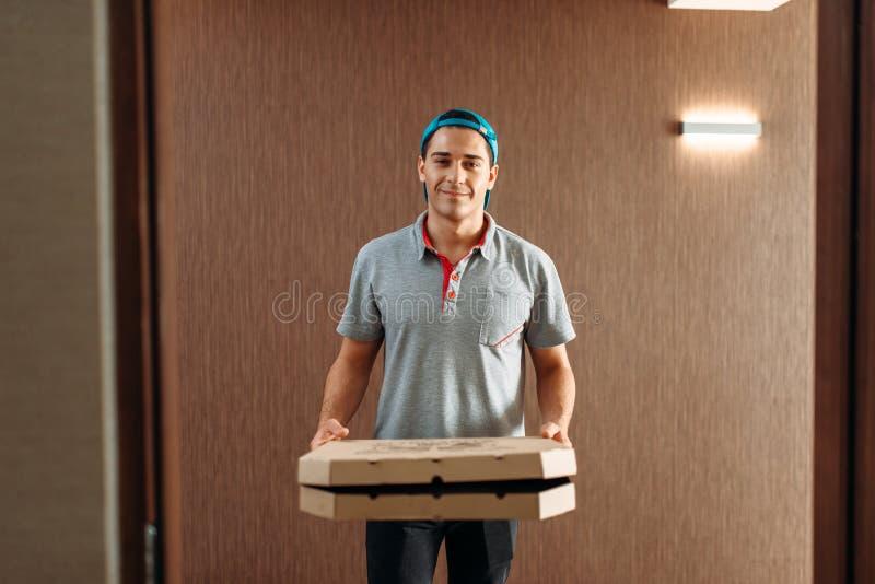 Pizzabote, Service liefernd stockfotografie
