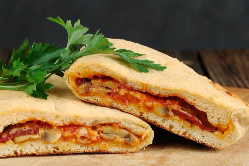 Pizzacalzone met paddestoelen en verse peterselie royalty-vrije stock foto's
