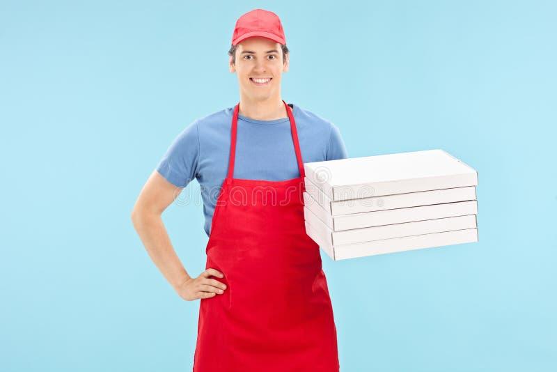 Pizzachef-kok die een bos van dozen houden royalty-vrije stock foto
