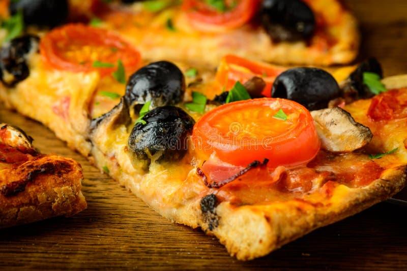 Pizzacloseupdetalj arkivfoton