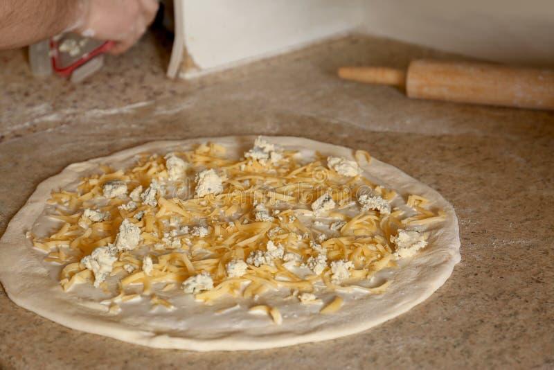 Pizzadeeg met kaas Ovenrecept stock fotografie