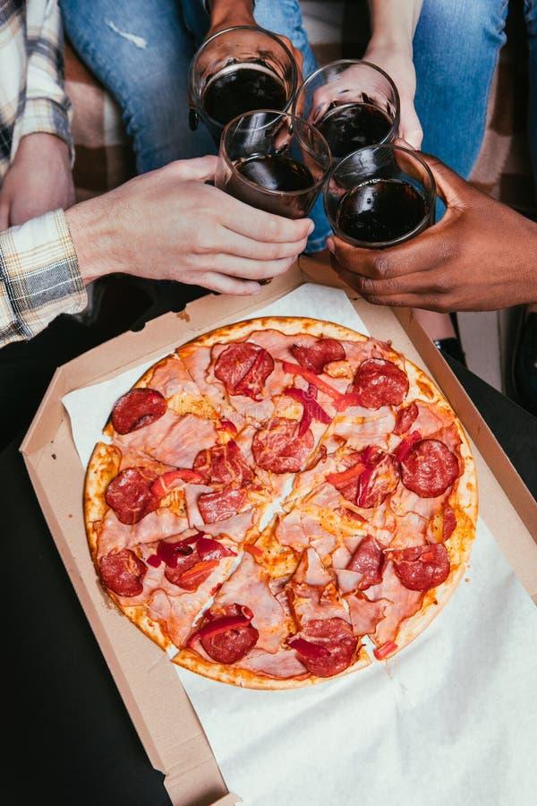 Pizzahauptpartei, Leutebeifall mit Sodaglas lizenzfreies stockfoto