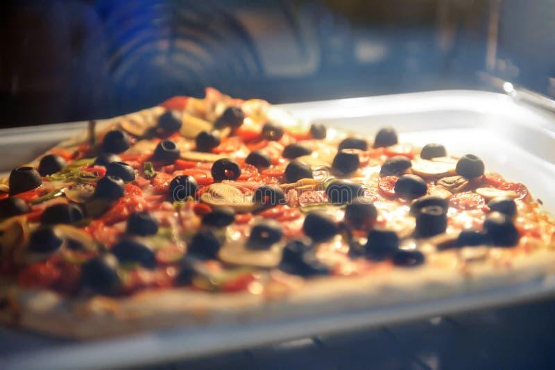 Pizzain no forno bonde fotos de stock