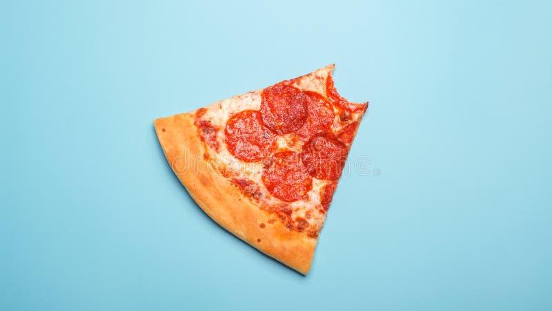 Pizzaplak op blauwe achtergrond stock afbeelding