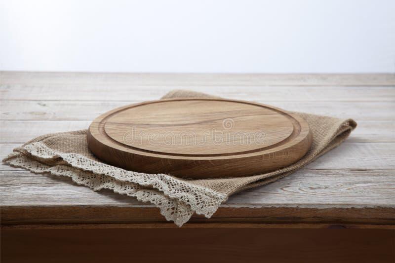 Pizzaraad, canvasservet met kant op houten lijst Hoogste meningsspot omhoog stock afbeeldingen
