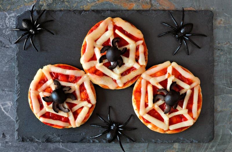 Pizzas del web de araña de Halloween mini, opinión de arriba sobre pizarra imágenes de archivo libres de regalías