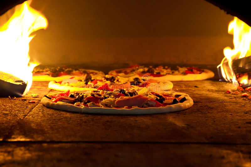 Pizzas no forno imagem de stock