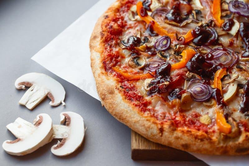 Pizzasamenstelling op houten lijst met grijze achtergrond stock foto