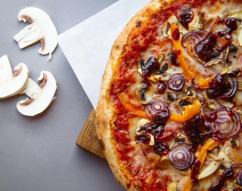 Pizzasamenstelling op houten lijst met grijze achtergrond stock fotografie