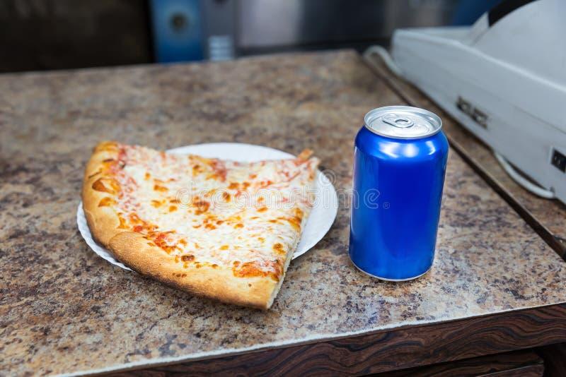 Pizzascheibe und Bank des Sodas stockfotos