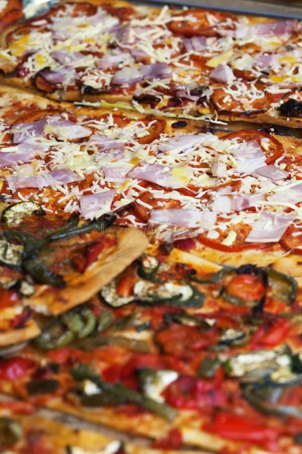 Pizzascheiben mit spanischem Schinkenjamon und -käse lizenzfreie stockfotografie