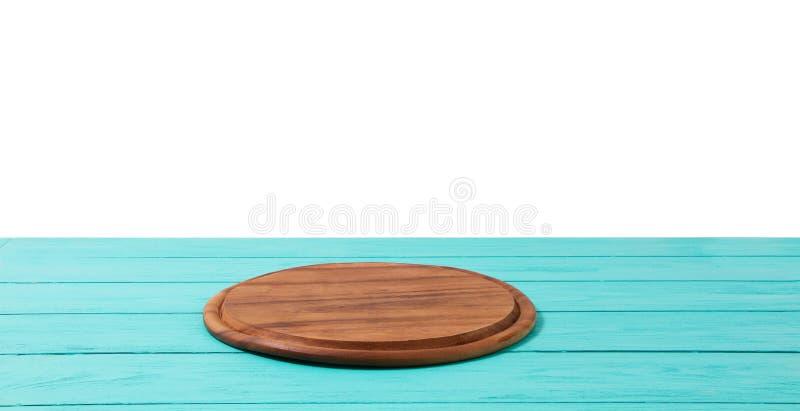 Pizzask?rbr?da f?r runt tr? p? den bl?a tr?tabellen som isoleras p? vit bakgrund Utrymme f?r b?sta sikt och kopierings, tomt och  royaltyfri fotografi