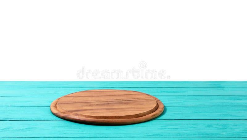Pizzask?rbr?da f?r runt tr? p? den bl?a tr?tabellen som isoleras p? vit bakgrund Utrymme f?r b?sta sikt och kopierings, tomt och  fotografering för bildbyråer