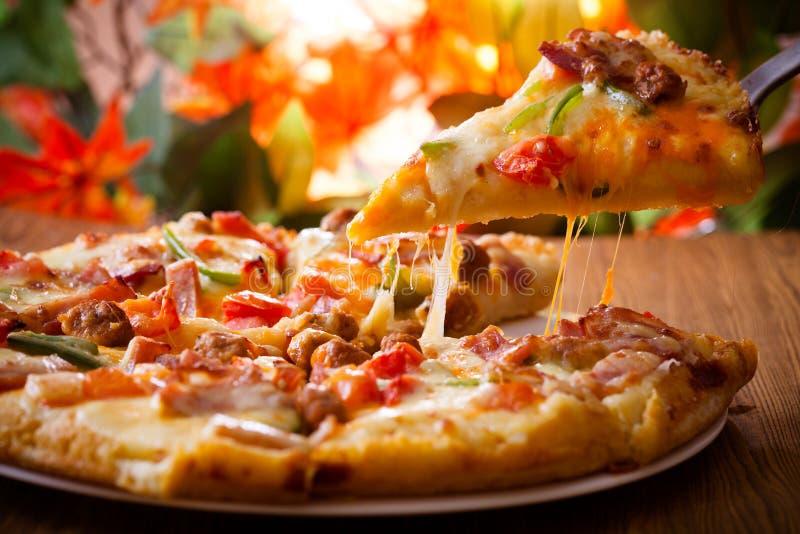 Pizzaskinkaost, italiensk mat royaltyfria bilder