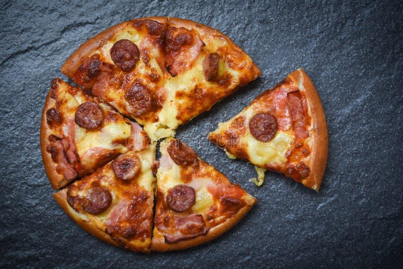 Pizzaskiva på italiensk traditionell pizzaost för mörk bakgrund/för läcker smaklig snabbmat med mozzarellaen, rökt grisköttkorv arkivbild