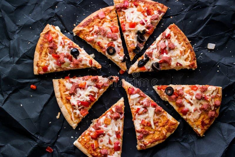 Download Pizzaskivor Med Skinka, Ost Och Oliv På En Svart Yttersida Arkivfoto - Bild av italienare, mörkt: 76701124