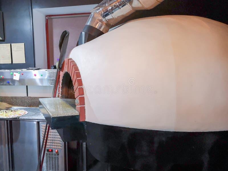 Pizzaugn En traditionell ugn f?r att laga mat och att baka pizza royaltyfri fotografi