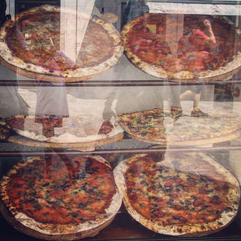 Pizze italiane cucinate da vendere immagini stock