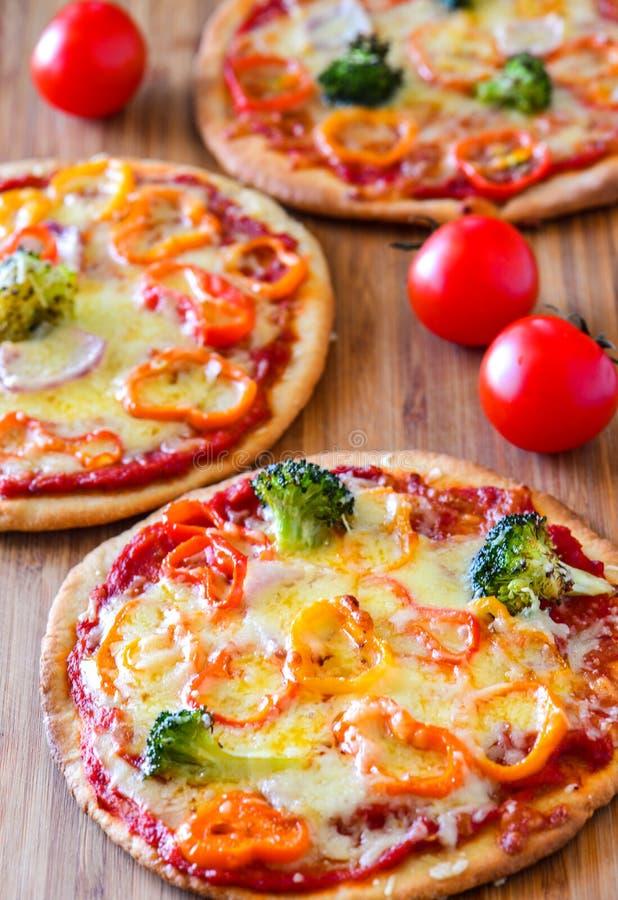 Pizze vegetariane fresche del forno immagine stock libera da diritti