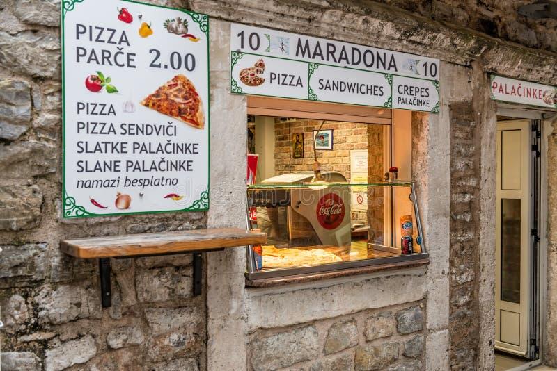 Pizzeria del caffè della via in Budua montenegro fotografie stock libere da diritti