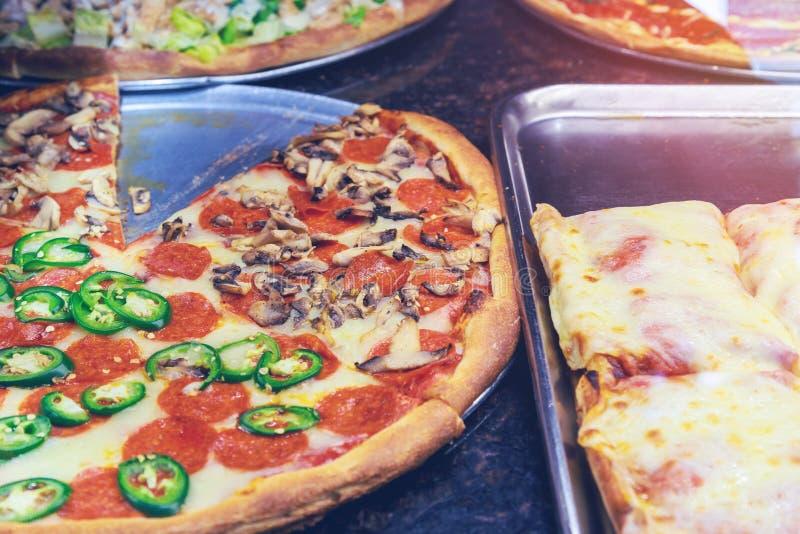 Pizzeria restauracja w Manhattan Nowy Jork Pizza spożywa w Odwiązanych stanach samotnie w jeden dniu obraz royalty free