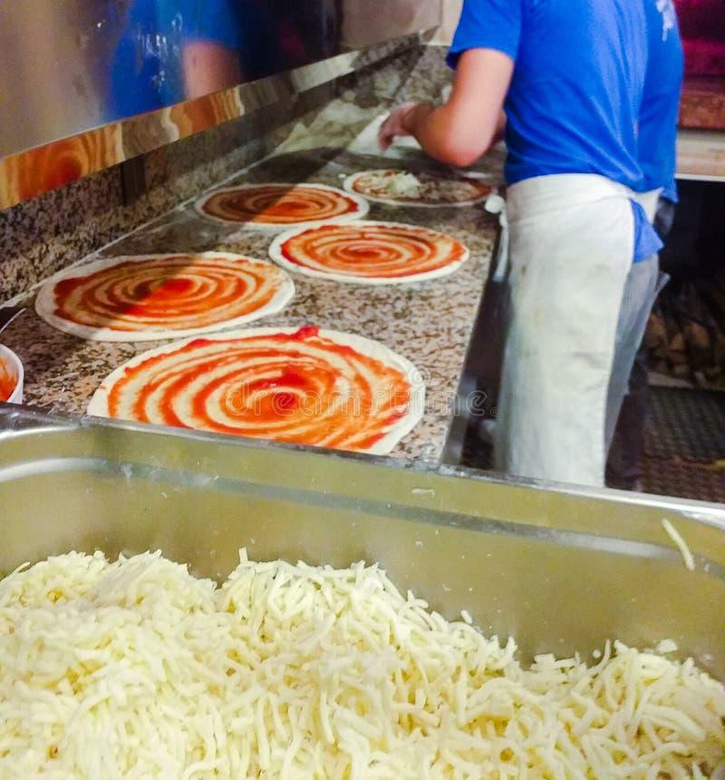 pizzeria szczeg?? pizza szef kuchni przy pracą podczas gdy tworzący jego cudowne pizze zdjęcia royalty free